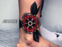 Татуировка цветок на ноге возле стопы
