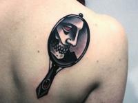 Татуировка отражение черепа в старинном зеркальце