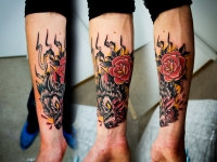 Татуировка голова волка и роза на предплечье