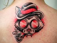 Татуировка голова кота в шляпе на спине