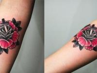 Татуировка цветок и крест на предплечье