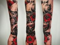 Татуировка череп и цветы на предплечье