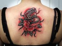 Татуировка змея в цветке на спине
