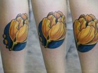 Тату желтый цветок на синем фоне