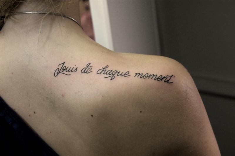 Татуировка надпись на плече