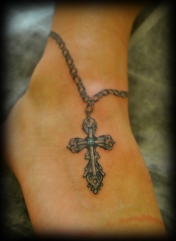 Татуировка браслет с крестом на голеностопе
