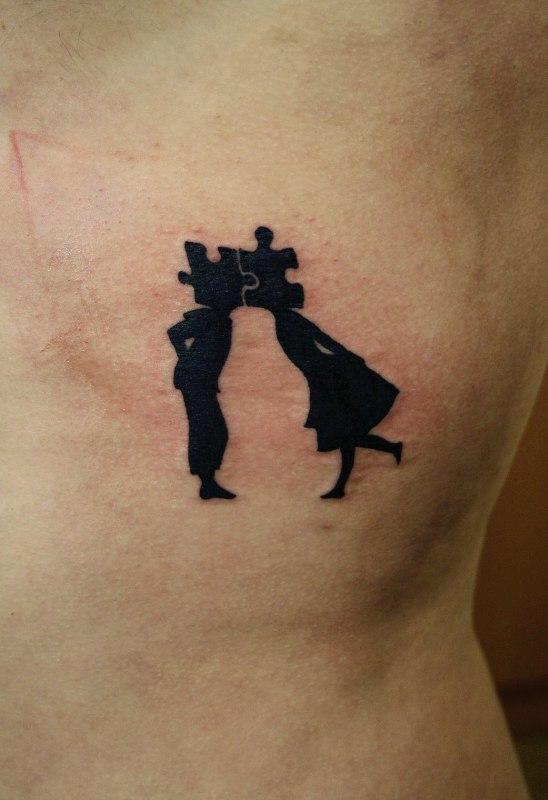 Татуировка поцелуй на лопатке