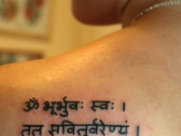 Татуировка надпись на лопатке