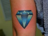 Татуировка бриллиант на бедре