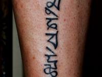 Татуировка надпись на голени