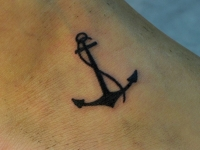Татуировка якорь на ступне