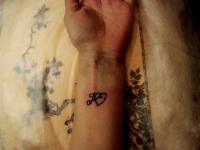 Татуировка инициалы на предплечье