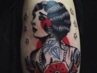 Татуировка красивой девушки с цветком на руке