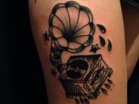 Татуировка грамофона на плече