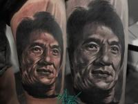 Татуировка - голова Джеки Чана на плече