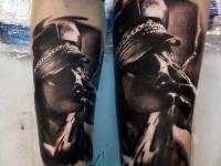 Татуировка - девушка курит на руке