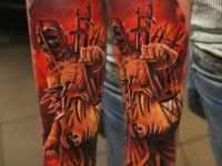 Татуировка воина в доспехах на внутренней стороне предплечья