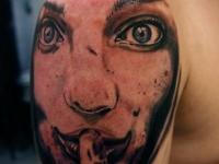 Татуировка лицо женщины на плече