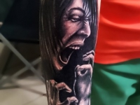 Татуировка крик женщины на предплечье