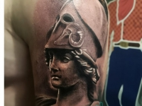 Татуировка голова в шлеме на плече