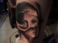 Татуировка портрет девушки на бедре