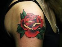 Татушка большая красная роза на плече