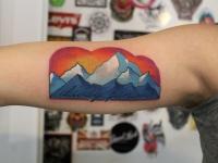 Тату горы на закате и надпись