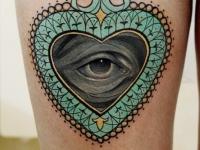 Татуировка глаз в рамке на бедре