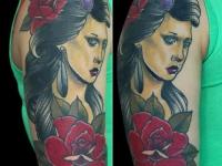 Татуировка голова девушки с цветами на плече