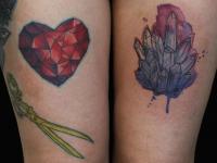 Татуировка сердце и кристалл на бедре
