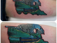 Татуировка поезд на плече