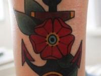 Татуировка якорь с цветком на голени