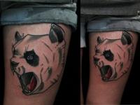 Татуировка голова собаки на бедре
