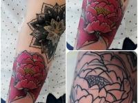 Татуировка пион на икре