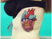 Татуировка сердце и лотос на боку