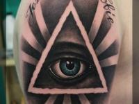 Татуировка узор с глазом на плече