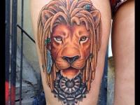 Татуировка голова льва на бедре