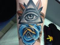 Тату глаз в треугольнике и голубая роза