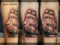 Татуировка корабль на предплечье
