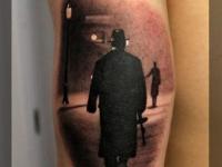 Татуировка ночная улица на плече