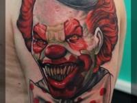 Татуировка голова клоуна на плече