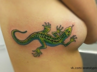 Татуировка ящерица возле груди девушки