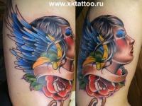 Татуировка голова девушки на плече