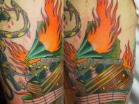 Татуировка патефон на бедре