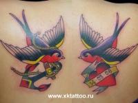 Татуировка ласточки с якорем и сердцем на лопатках