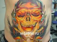 Татуировка череп и птицы на животе