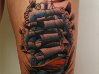 Татуировка корабль на бедре