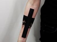 Татуировка крест на внутренней части предплечья
