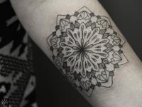 Татуировка цветок в виде алмаза