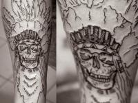 Татуировка череп в шляпе индейца с перьями